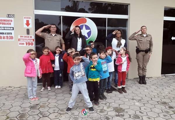 Crianças visitam o Quartel da Polícia Militar em Itapoá