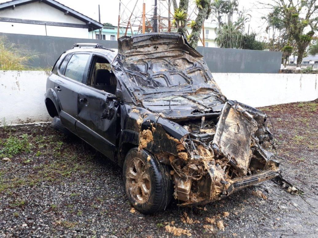 Após perseguição e capotamento, dupla é presa em Garuva com carro roubado