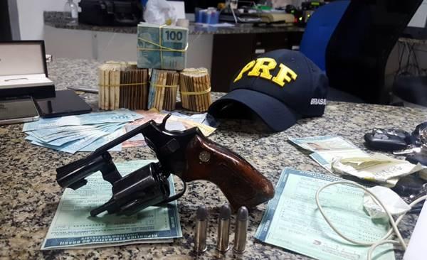 GARUVA: PRF apreende homem com carro roubado, revolver e mais de 50 Mil reais em dinheiro