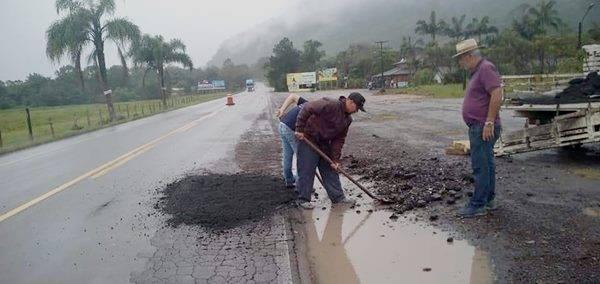 """Prefeitura de Garuva fecha """"buracão"""" da SC 417, na Mina Velha"""