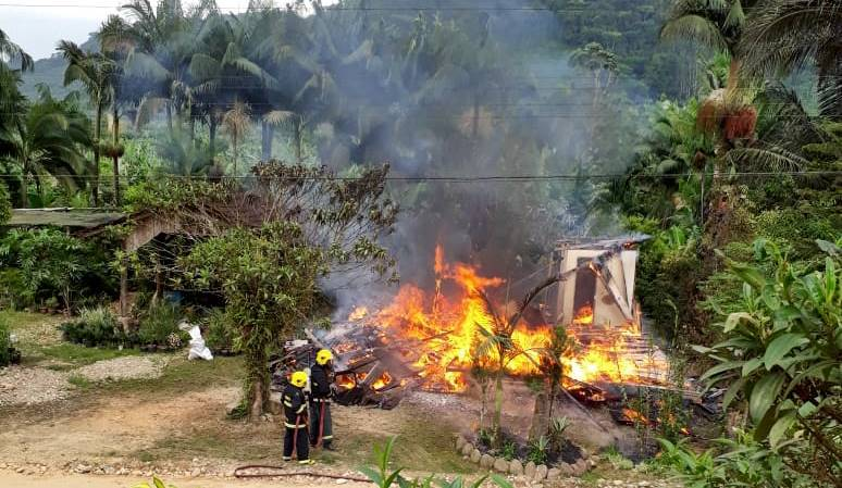 Casa é destruída por incêndio no São João Abaixo, em Garuva