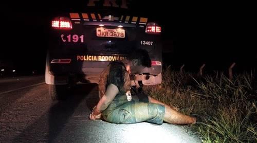 Ação conjunta PRF e PM recupera carreta roubada e prende envolvido na BR 101 em Joinville. Um homem foi morto na troca de tiros