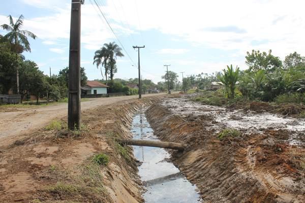 Prefeitura de Garuva realizou a limpeza de valas no bairro Três Barras