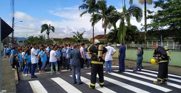 Bombeiros simulam evacuação em prédio da Escolar de Garuva