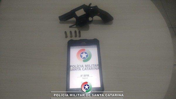Um homem foi preso por porte ilegal de arma de fogo em Itapoá