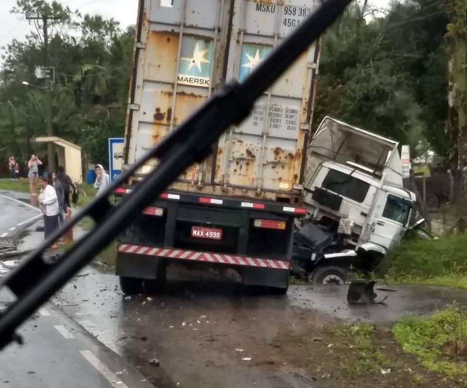 Acidente entre caminhonete e caminhão faz uma vítima fatal no contorno de Garuva