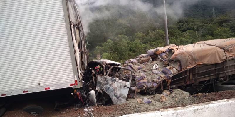 Motorista morre carbonizado em acidente na BR 376