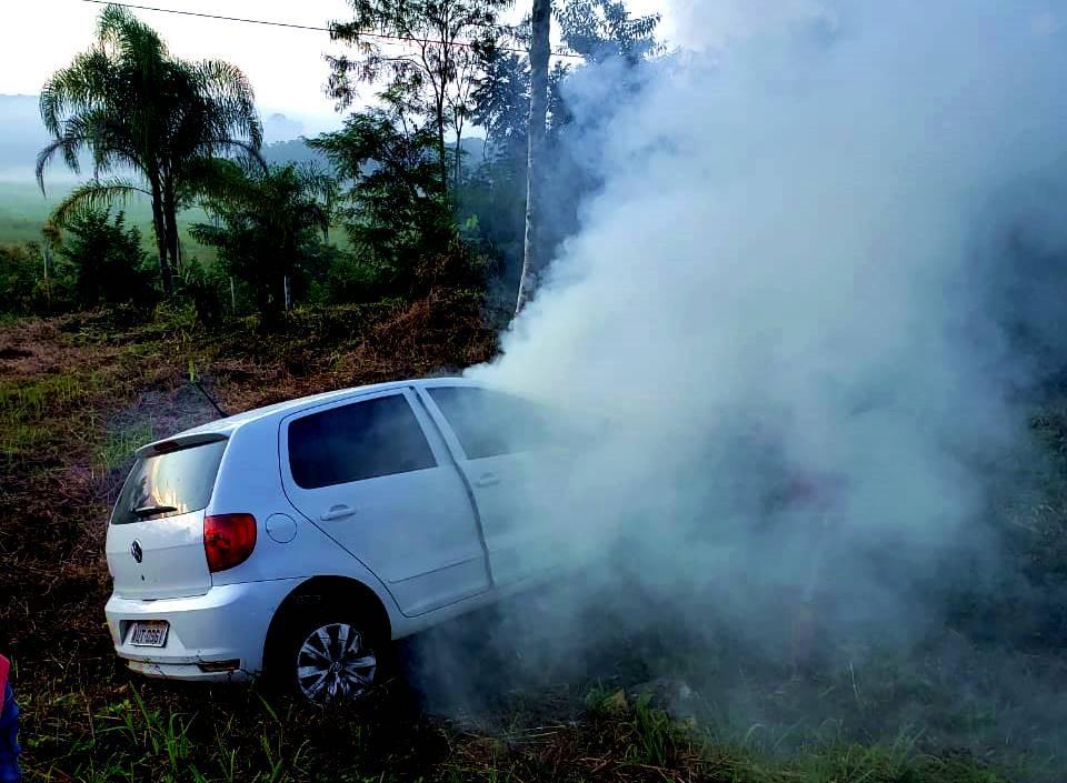 Veículo pega fogo em acidente na Rodovia SC 417, em Garuva