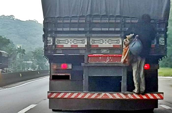 Após pegar carona em Garuva, homem é flagrado pela PRF de carona em para-choque de caminhão