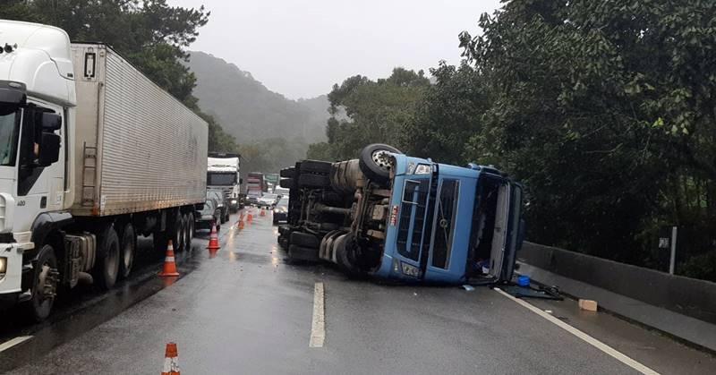 Caminhão com produto Perigoso tomba e interdita BR 376, entre Garuva e Curitiba