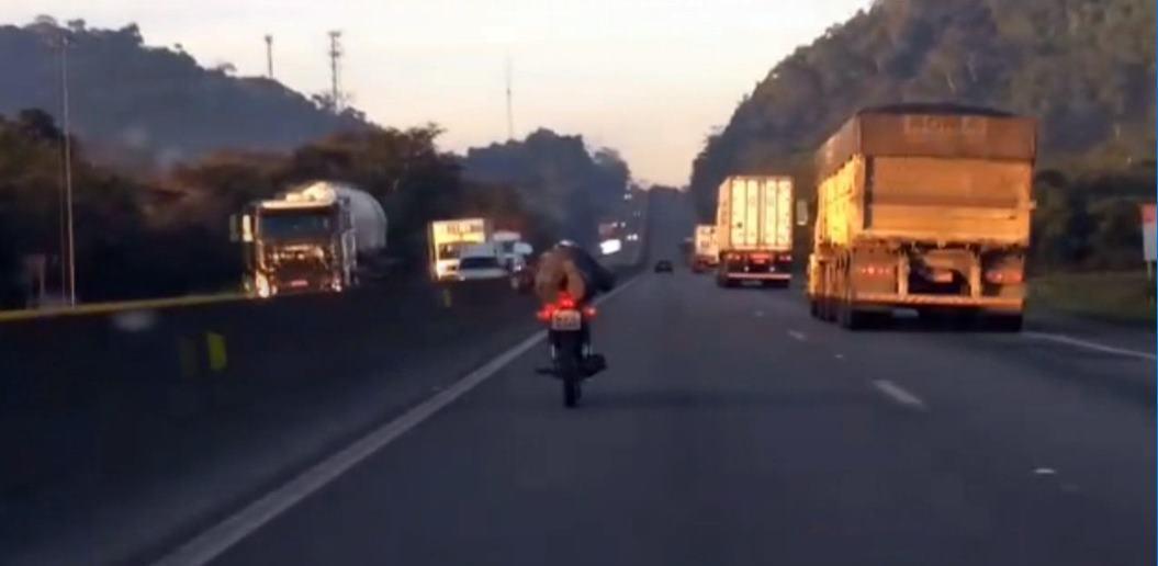 Motociclista flagrado praticando manobra perigosa na BR 101 e Garuva