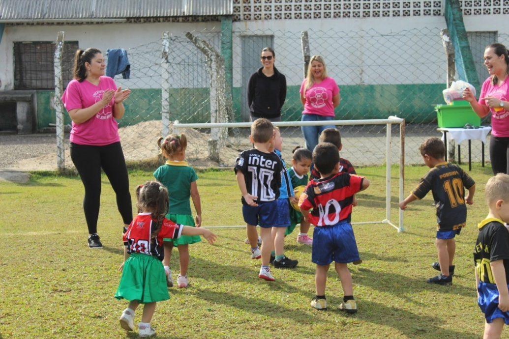 Creche promove partida de futebol entre pais e alunos em Garuva