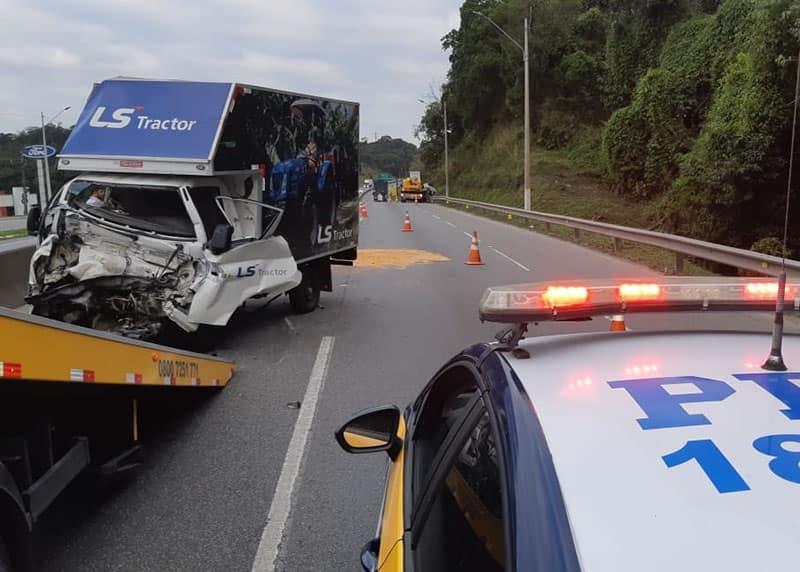 Colisão traseira entre caminhões deixa motorista garuvense gravemente ferido