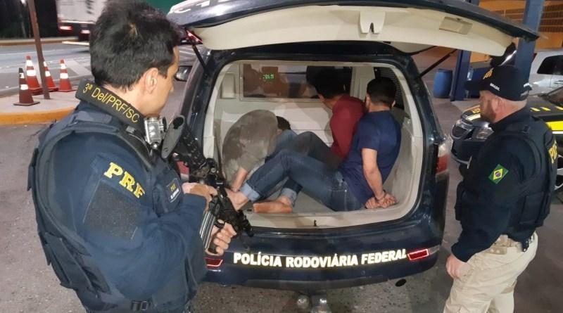 Homens suspeitos de realizar assaltos no Paraná são presos pela PRF. Bandidos teriam agido em Garuva no mês de julho