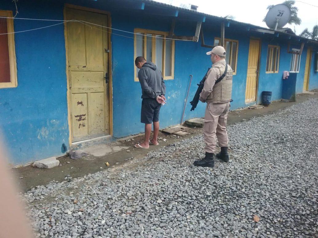 Polícia Militar prende homem por tráfico de drogas no Bairro Giórgia Paula em Garuva