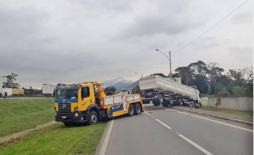 Caminhão sai da pista e acerta muro de condomínio em Garuva
