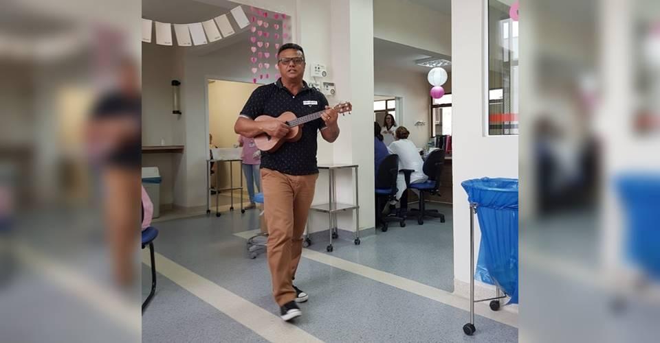 Outubro Rosa: Professor garuvense canta para pacientes em Hospital de Joinville