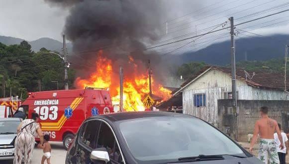 Incêndio destrói casa no Bairro Vila Trevo em Garuva