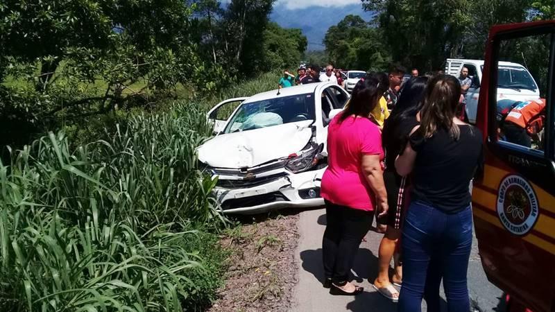 Dois carros se envolvem em acidente na SC-417 na manhã desta sexta-feira (15) em Garuva