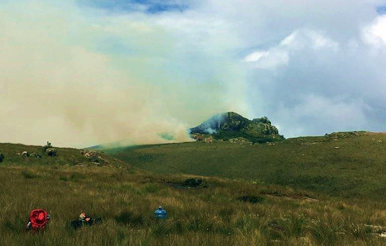 Últimos bombeiros retornam nesta manhã (02) depois de combater incêndio nos Campos do Quiriri