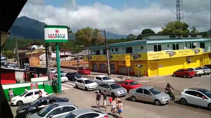 Motoristas abusam de ultrapassagens pelo acostamento na Avenida Paraná, em Garuva
