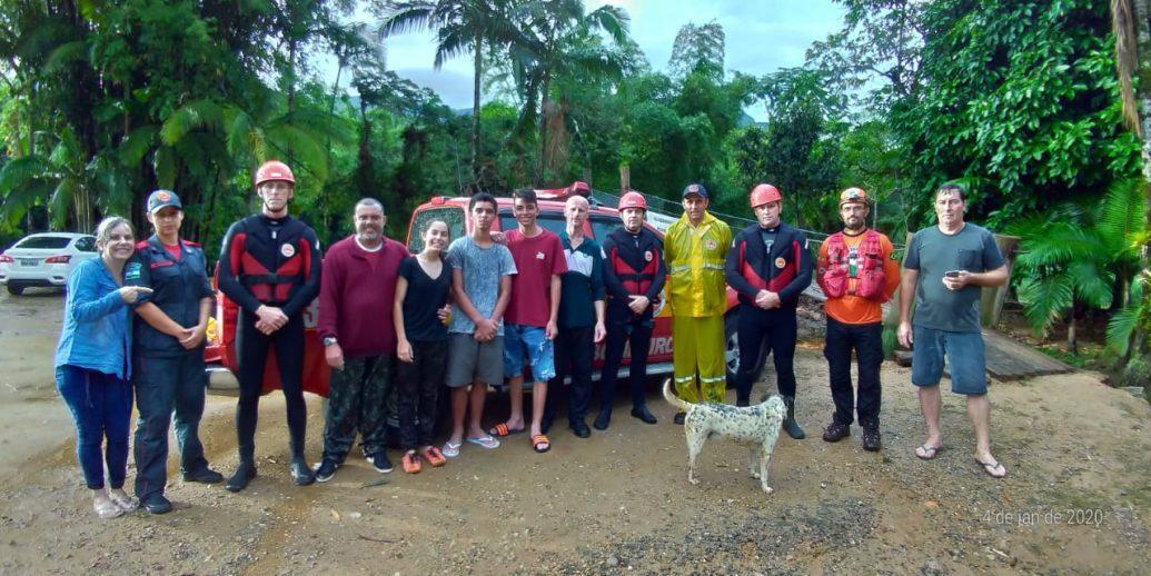 Bombeiros resgatam seis pessoas e um cachorro no Monte Crista, em Garuva