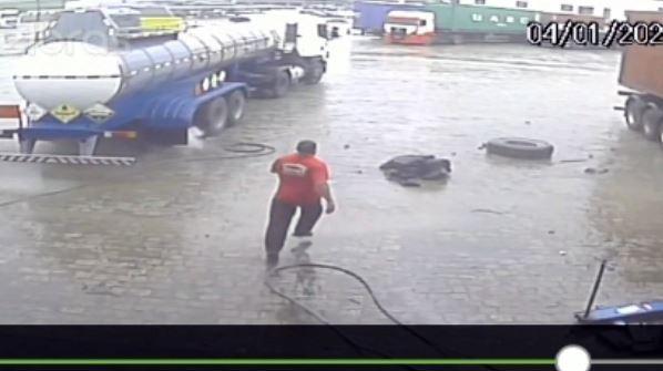 Pneu de carreta estoura e trabalhador fica ferido em Garuva