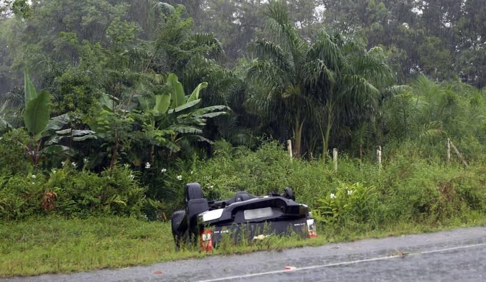 Carro desliza na pista e capota na região do Palmital em Garuva