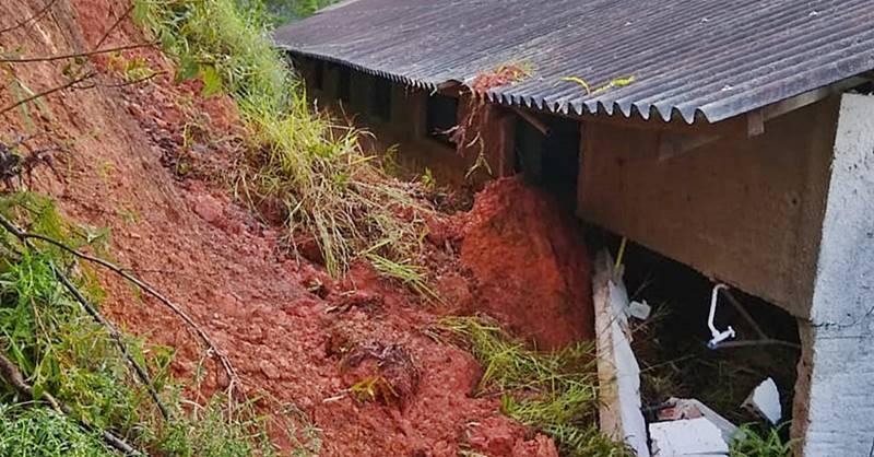 Defesa Civil de Garuva interdita salão de igreja em Três Barras devido a um deslizamento de terra