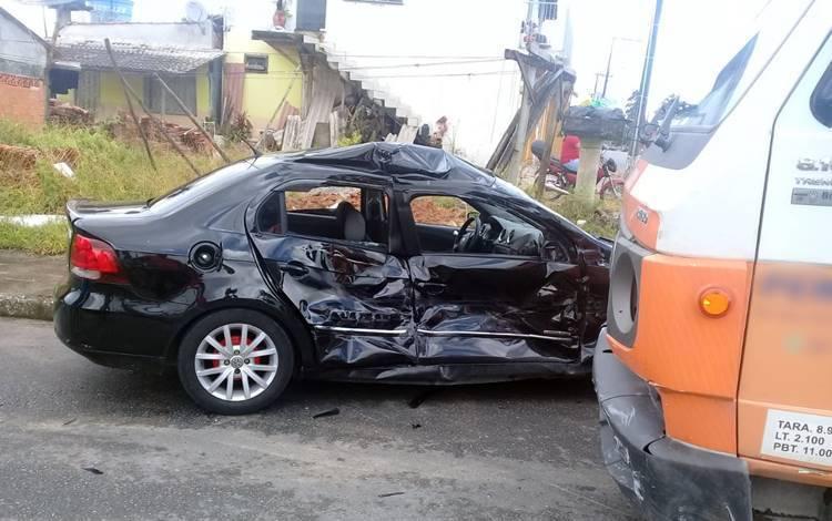 Acidente de trânsito envolve carro e caminhão no Bairro Geórgia Paula em Garuva