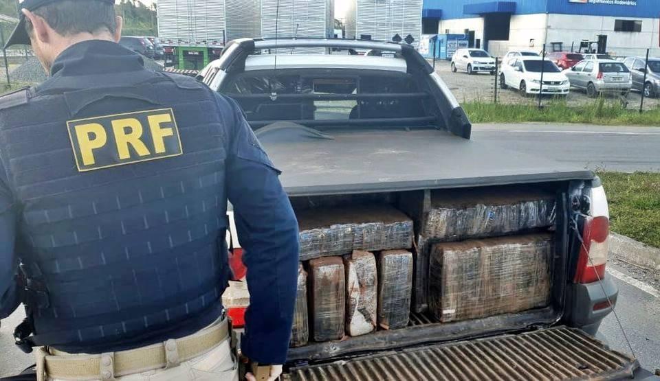 PRF apreende 635 kg de maconha e recupera veículo roubado na BR 101 em Garuva