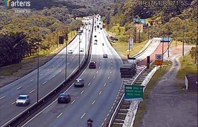 VÍDEO: Carreta entrou na área de escape da BR-376 nesta quarta-feira (30)