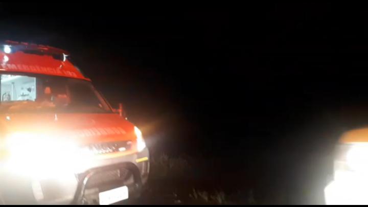Carro desliza na pista alagada e cai em córrego na Rodovia Sidnei Pensky em Garuva