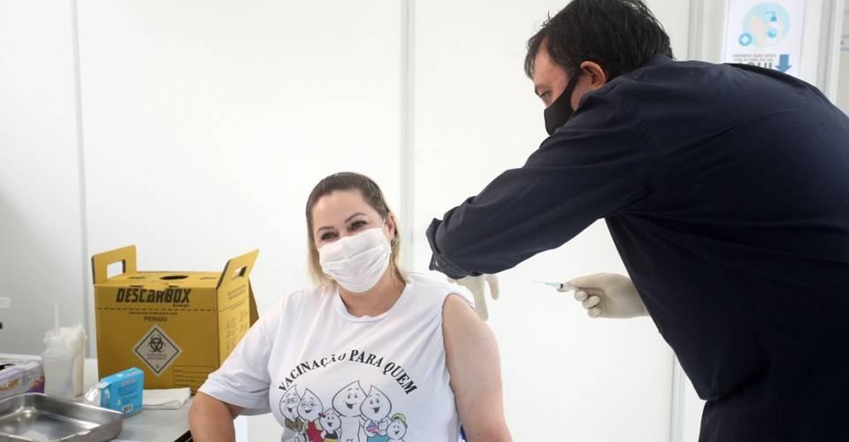 Prefeito de Garuva fez questão de aplicar vacina da COVID-19 em servidora da saúde nesta quarta-feira (20)