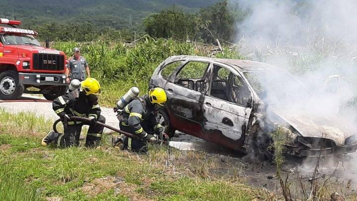 Carro é destruído por incêndio na localidade do Palmital, em Garuva