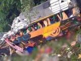 Ônibus de turismo tomba na descida da serra na BR-376 nesta segunda-feira (25)