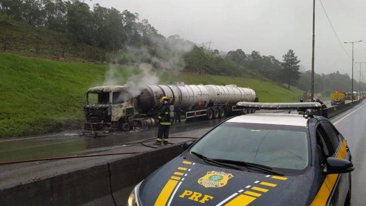 Carreta carregada de álcool pega fogo na BR 376, em Guaratuba.