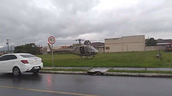 Helicóptero sobrevoa pra averiguar possível queda de balão tripulado na localidade do Caovi, entre Garuva e Guaratuba
