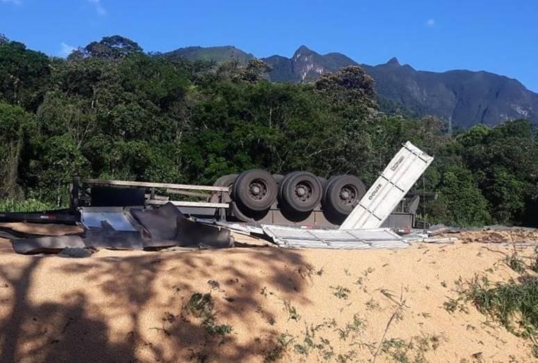 Carreta carregada de milho tomba em acidente na BR 376 nesta segunda-feira (22)