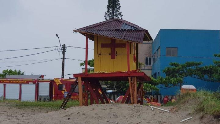 REGIÃO: Raio atinge Posto dos Bombeiros em Guaratuba e dois guarda-vidas ficam feridos.