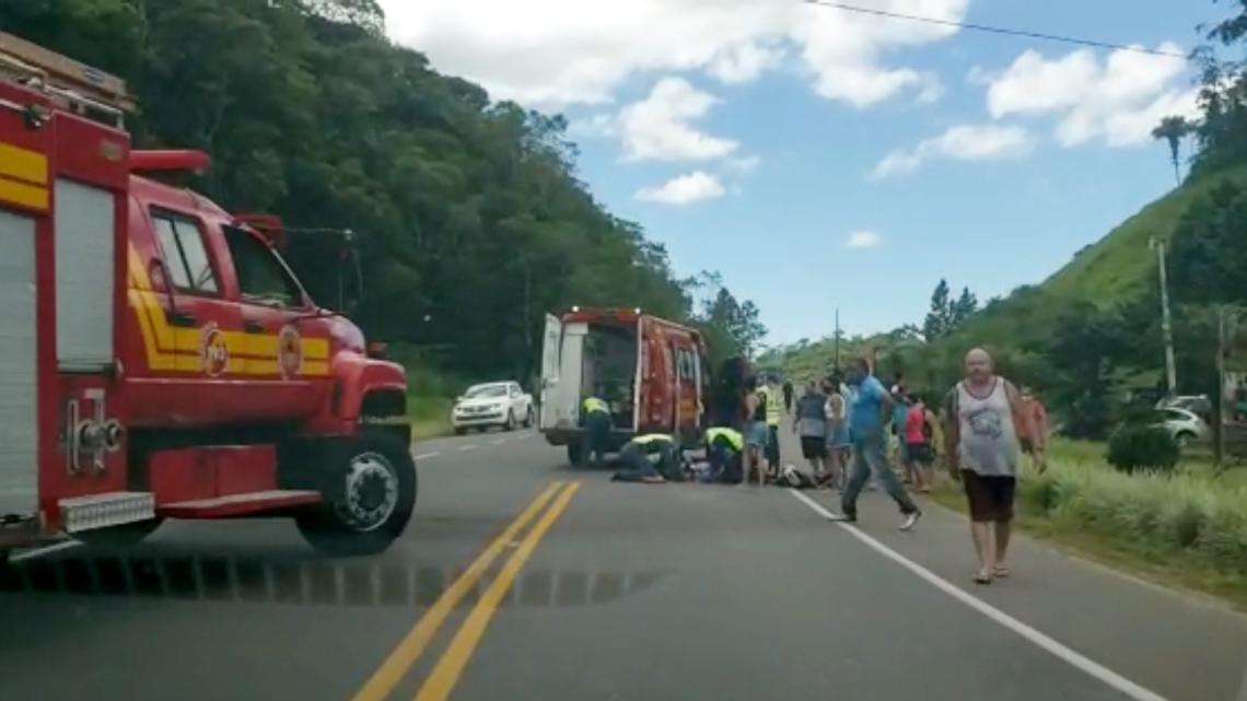 Duas pessoas ficam feridas em acidente envolvendo carro e moto na SC-417, em Garuva