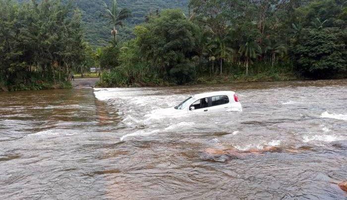 """Carro cai no Rio São João ao atravessar pela a """"Ponte Invertida"""" na localidade da Divisa."""